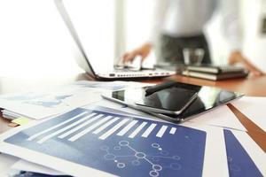 affärsdokument på kontorsbordet med smart telefon och digital foto