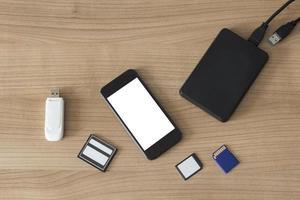 elektroniska apparater på ett skrivbord foto