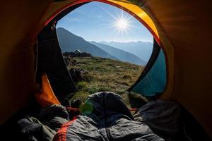 vaknar upp i tältet foto