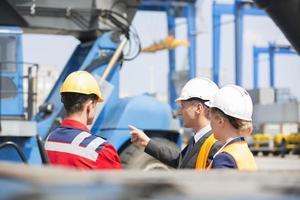 arbetare som diskuterar i sjöfarten foto