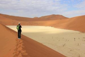 turist i öknen foto