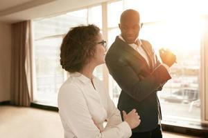 affärsmän som diskuterar under en presentation foto