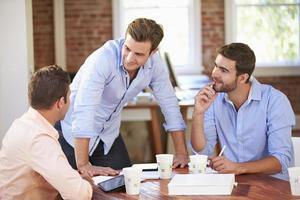 grupp affärsmän som möts för att diskutera idéer foto