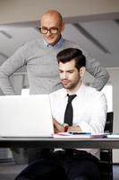 affärsmän med bärbar dator foto