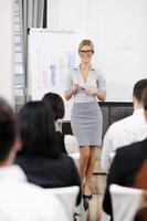 affärskvinna som ger presentation foto
