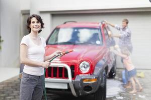 familjen tvättar bil tillsammans foto
