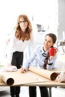 modedesigner som arbetar tillsammans
