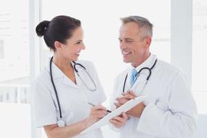 läkare som ler och arbetar tillsammans foto