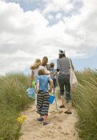 familj som går på stranden tillsammans