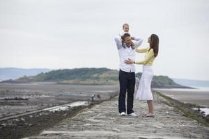 ung familj tillsammans på stranden. foto