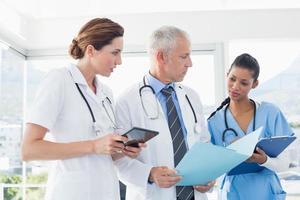 läkare som arbetar tillsammans på patienter foto