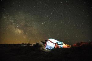 färgglada tält på stjärnklar natt foto