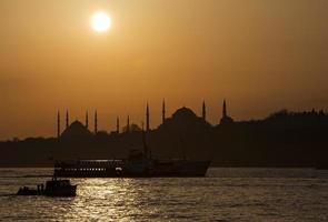 blå moské och hagia sofia i solen