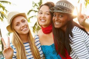 grupp kvinnliga vänner som har kul i parken tillsammans foto