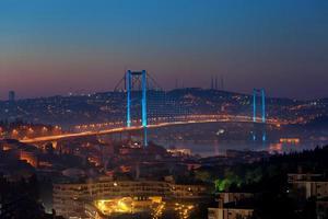 bosphorus bridge på natten - istanbul foto