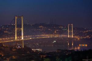 bosphorus bridge på natten foto