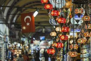 olika gamla lampor på Grand Bazaar i istanbul foto