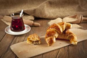typisk turkisk ostpogaca med träplatta och svart te foto