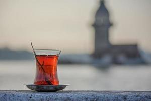 ensamt glas turkiskt te i stenig avsats i instanbul