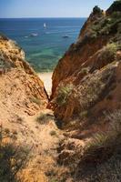 kust med klippor i lagos vid algarve i Portugal foto