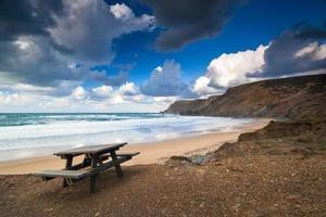 picknickbord vid kusten i Portugal foto
