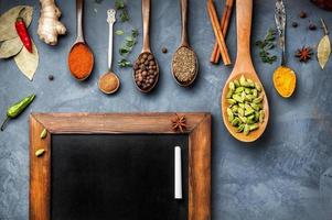 olika kryddor nära tavlan foto