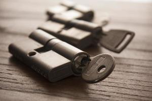 dörrlås med nycklar foto