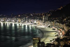 copacabana strand på natten i Rio de Janeiro, Brasilien