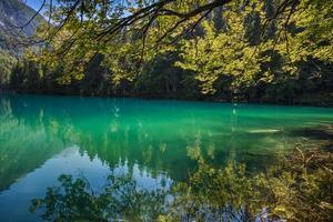 lago di fusine - mangart sjö på sommaren foto