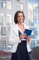 affärskvinna med anteckningsblock foto