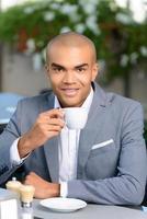 trevlig affärsman som dricker kaffe foto