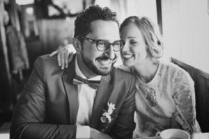 unga bröllopspar i kärlek tillsammans på café. foto