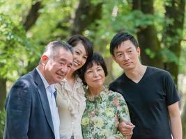 familj poserar på kameran foto
