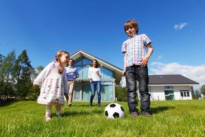 familj som spelar fotboll