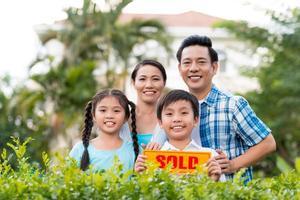 familj med sålt tecken foto