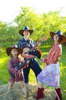 rolig familj med cowboyer foto