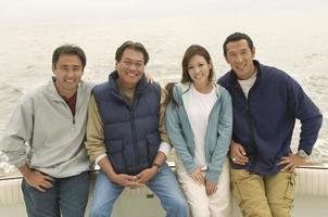 familj på en båt foto