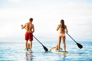 familj kul, stå upp paddling foto