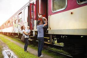 familj reser i tåg foto