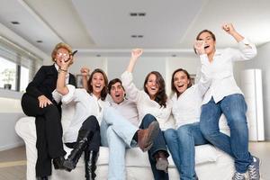 familjen tittar på en vinnande match foto