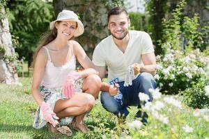 lycklig familj plantor trädgård växter foto