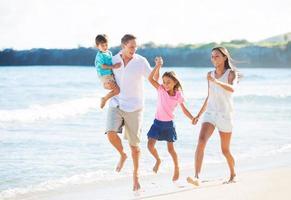 lycklig familj på stranden foto