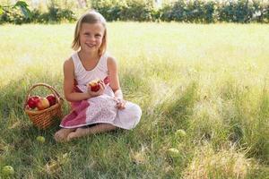 barn med äpple foto