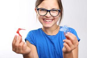 barn med ortodontisk apparat. foto