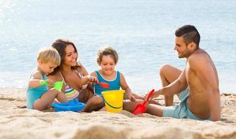 familj på fyra på stranden
