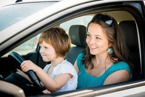 mamma och barn som kör bil foto