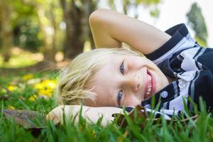 lyckligt barn som ligger på gräset