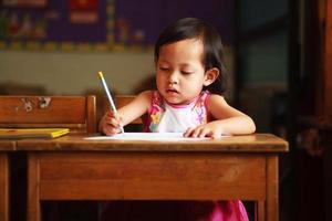 barn skriva foto