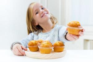 vackert barn som äter frukost hemma. foto