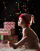 barn med julklappar